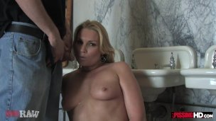 Flower Tucci drinks his pee and sucks his cock